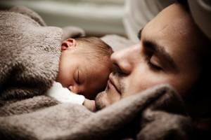 Baby schläft beim Papa